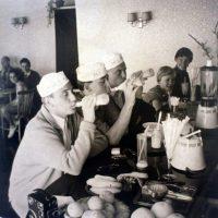 Seemänner in der Milchbar