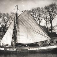 Bild zeigt eine yypische Tjalk - ein historisches Frachtschiff