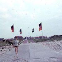 Junge Frau auf dem Weg zum Hafen in den 70ern Foto: Gerd Linn