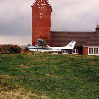 Zum Schutz vor der Sturmflut wurde das Flugzeug auf den Deich gezogen