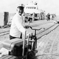 Herr Schmidt am Hafen